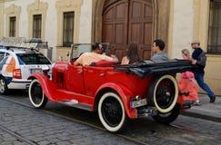 Retro cabriolet på vägarna av Prague Arkivbilder