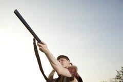 Retro cacciatore pronto a cercare con il fucile di caccia Fotografie Stock Libere da Diritti