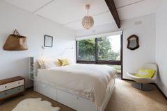 Retro camera da letto di ospite disegnata in una casa di spiaggia 70s Immagini Stock