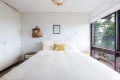 Retro camera da letto funky 70s in una casa di spiaggia Fotografie Stock