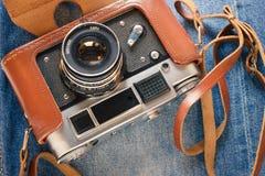 Retro camera en jeans Stock Afbeeldingen