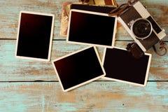 Retro camera en leeg oud onmiddellijk document fotoalbum op houten lijst royalty-vrije stock foto