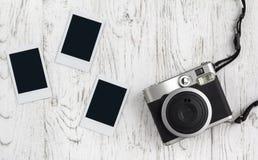 Retro camera en lege oude onmiddellijke document foto stock afbeelding