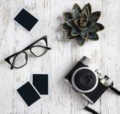 Retro camera, glazen en lege oude onmiddellijke document foto royalty-vrije stock afbeeldingen
