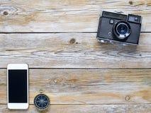Retro camera, kompas en smartphone Stock Afbeelding