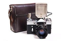 Retro camera met flits op wit op witte backgroun wordt geïsoleerd die stock afbeeldingen