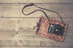Retro camera met uitstekend fotoalbum op houten achtergrond royalty-vrije stock foto