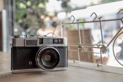 Retro camera op houten Stock Fotografie