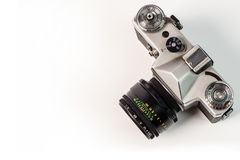Retro camera van de filmfoto die op witte achtergrond wordt geïsoleerd Oud analogon stock afbeeldingen