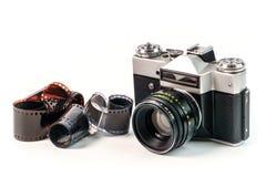 Retro camera van de filmfoto op witte achtergrond Oud analogon royalty-vrije stock foto