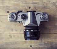 Retro camera van de slrfoto over houten achtergrond Wijnoogst 35mm Camera SLR Royalty-vrije Stock Foto