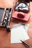 Retro camera van het de penvloeipapier van de foto's uitstekende inkt Stock Foto