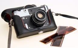 Retro camera in zwart geval. Negatieve film Royalty-vrije Stock Fotografie
