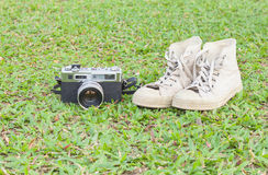 Retro camerar en tennisschoenen op het gras Royalty-vrije Stock Fotografie