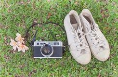 Retro camerar en tennisschoenen op het gras Stock Foto's