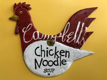 Retro Campbell Chicken Noodle Soup Wooden höna arkivfoton