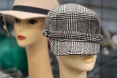 Retro cappelli 70s sui manichini Fotografia Stock Libera da Diritti