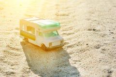 Retro caravan del giocattolo automobilistico un simbolo del viaggio di vacanza di famiglia, holi Immagini Stock Libere da Diritti