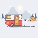 Retro caravan op de bosreis Vectorillustratie Stock Afbeeldingen