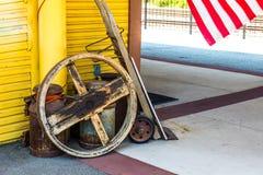 Retro carretto di legno della mano con la ruota & Rusty Milk Cans immagine stock libera da diritti
