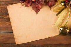 Retro carta decorata con le foglie di rosso e la campana dorata Fotografia Stock Libera da Diritti