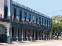 Retro casa blu con le colonne nella città di Avana fotografie stock libere da diritti
