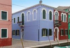 Retro case con le facciate variopinte sull'isola di Burano immagini stock libere da diritti