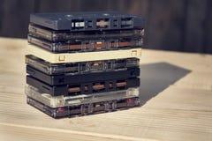 Retro cassette audio compatte filtrate della cassetta su fondo di legno Immagine Stock Libera da Diritti