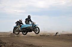Retro cavaliere del MX in motociclo con il sidecar Ural Fotografia Stock