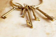 Retro chiavi dell'ottone del fondo Fotografie Stock Libere da Diritti