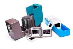Retro cine-projektor och glidbana på den vita bakgrunden arkivbild