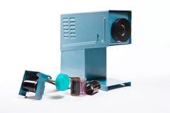 Retro cine-projektor på den vita bakgrunden Arkivfoto