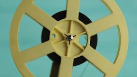 Retro cineproiettore sopra la tavola di legno ed il fondo blu strutturato stock footage