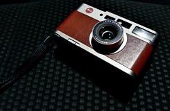 Retro compacte Leica cm op zwarte achtergrond stock afbeeldingen