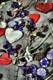 Retro cuori dei biglietti di S. Valentino del fondo su legno Fotografie Stock
