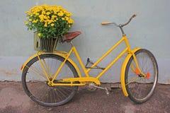Retro cykel med blommor Arkivfoton