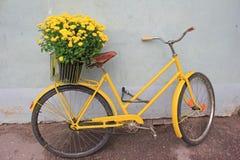 Retro cykel med blommor Royaltyfria Bilder