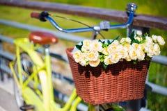 Retro cykel med den vide- korgen och blommor Royaltyfri Foto