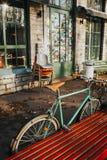 Retro cykel som framme parkeras av kall restaurang i Telliskivi, Estland royaltyfri foto