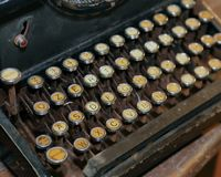 Retro czarny ośniedziały maszyna do pisania z białymi kluczami ilustracji