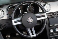 Retro de autowiel en dashboard van Ford Mustang Stock Fotografie