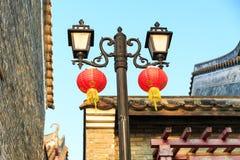 Retro dekorativ väglampa, tappninggatalampa, gammalt gataljus med kinesiska lyktor Royaltyfri Foto