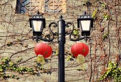 Retro dekorativ väglampa, tappninggatalampa, gammalt gataljus med kinesiska lyktor Royaltyfri Fotografi