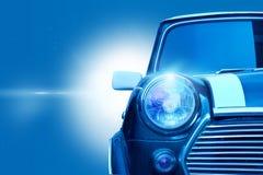 Retro- Designklassiker des Weinleseauto-Kopflichtes auf blauem Farbton Stockbild