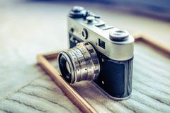 Retro dichte omhooggaande mening van de fotocamera Vage achtergrond royalty-vrije stock foto's