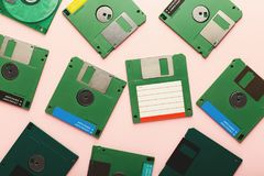 Retro disketter som isoleras på rosa bakgrund Royaltyfria Foton