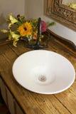 Retro dispersore, rubinetto e contro della ciotola della stanza da bagno fotografie stock libere da diritti