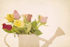 Retro disposizione dei fiori filtrata delle rose Fotografie Stock
