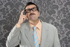 Retro divertido tonto del gesto pensativo del hombre de negocios del empollón Foto de archivo