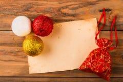 Retro document en rode gift met Kerstmisballen op oude backgro Stock Foto